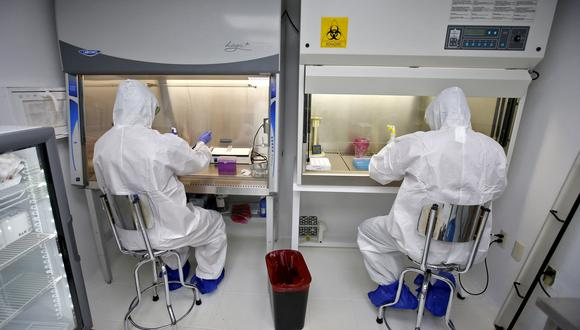 Health workers perform PCR tests for Covid-19 detection at the laboratory of the University Centre of Health Sciences (CUCS) in Guadalajara, Jalisco state, Mexico, on April 14, 2021. (Photo by ULISES RUIZ / AFP)