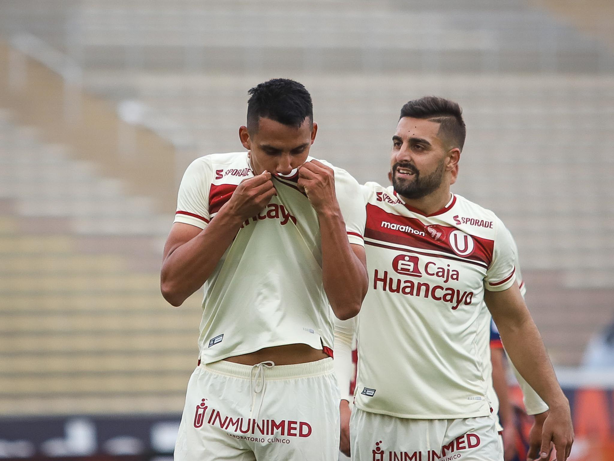 Alex Valera celebra su segundo tanto a UCV besando el escudo de la U. Foto: Liga 1.