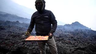 Guatemala: hombre cocina una pizza sobre la lava de un volcán