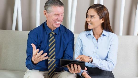 La amistad en el trabajo crea muy buenos lazos, pero ¿qué pasa si esta es con tu jefe? Aunque parezca ser beneficiosa, puede ser perjudicial (Foto: Freepik)