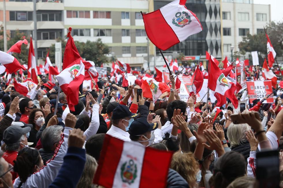 """Un grupo de miembros de las Fuerzas Armadas en situación de retiro, acompañados por sus familiares, realizaron este martes una movilización en el óvalo Quiñones, en el límite de los distritos de San Borja y San Isidro, para exigir que se """"respete su voto"""" y manifestar su rechazo hacia el """"comunismo"""". (FOTOS BRITANIE ARROYO / @PHOTO.GEC)"""