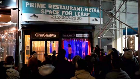 Hartos de la pandemia, músicos hacen de una vitrina en Nueva York su escenario