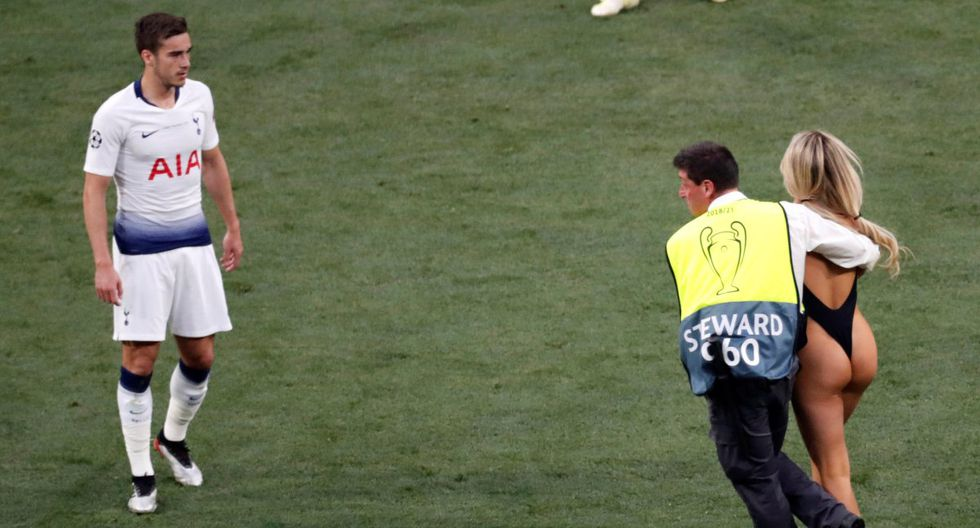 Liverpool vs Tottenham: Bella YouTuber invade cancha casi desnuda en la final de Champions