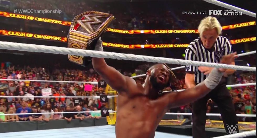 Kofi Kingston pasó apuros, pero logró imponerse a Randy Orton. (Captura TV)