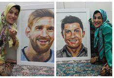 Mujer con parálisis dibuja con los pies a Messi y Cristiano, y motiva al mundo entero