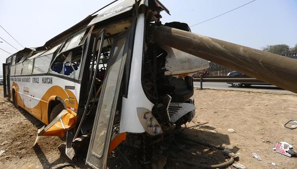 Destrozado y con el poste de cemento encima. Así terminó el bus.   Foto: Hugo Curotto