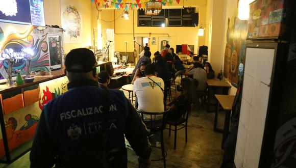 La Municipalidad de Lima detalló que agentes de Fiscalización y Serenazgo, en coordinación con la Policía Nacional, encontraron en los locales Chinkana y Craft cerca de 50 personas bebiendo licor. (Foto: MML)