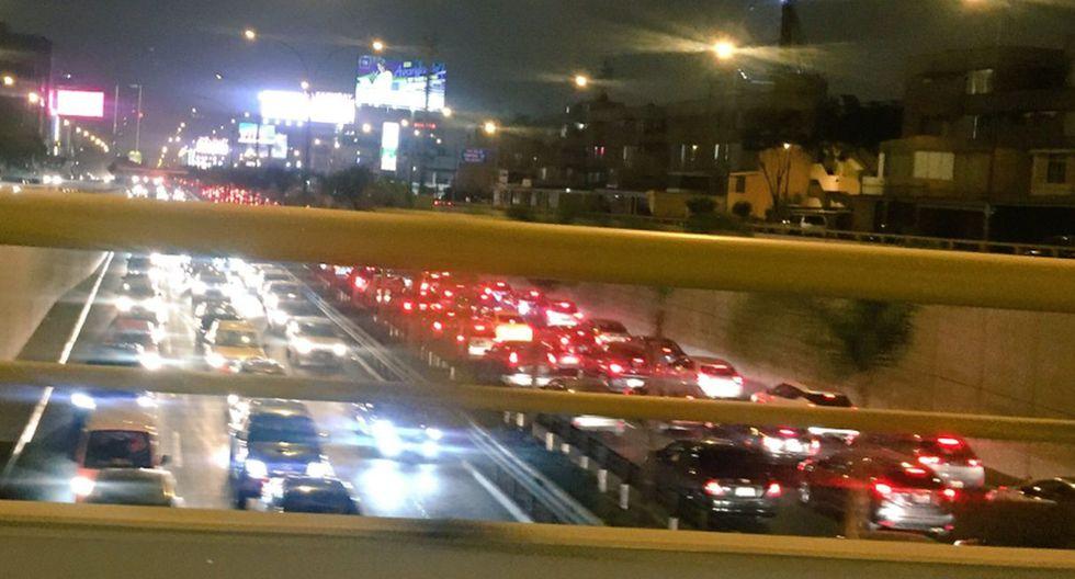 Auto se incendió en la avenida Javier Prado. (Fotos: Twitter)