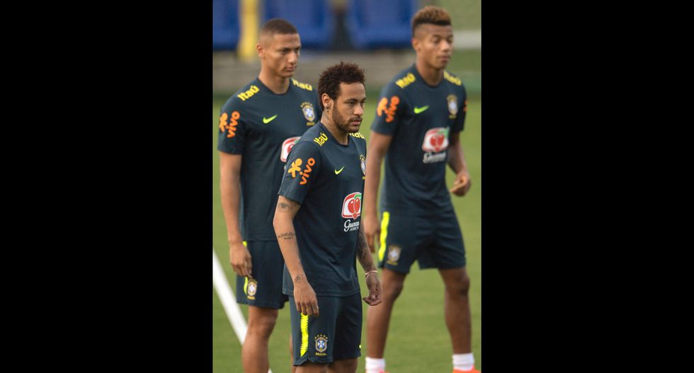 Neymar llegó a entrenamiento de Brasil en su lujoso helicóptero de 13 millones de dólares y causó revuelo