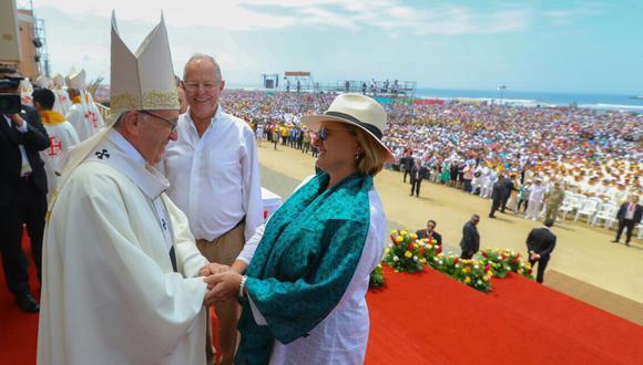 Nancy Lange saluda al Papa Francisco por el día de su cumpleaños