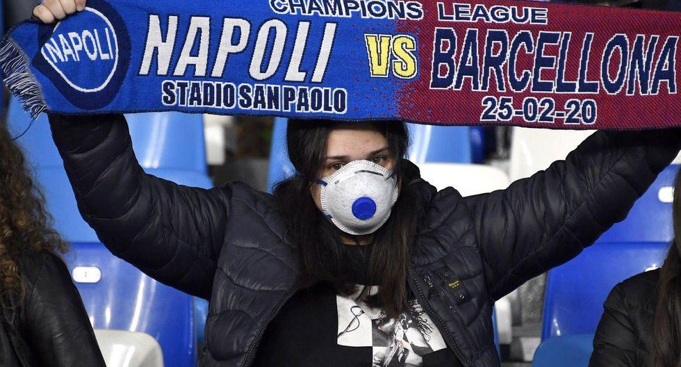 Hinchas en el Napoli vs. Barcelona le hacen frente al coronavirus.