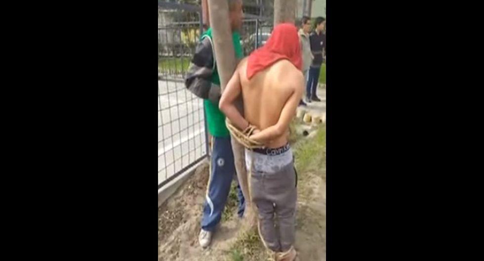 Indignados vecinos capturan a ladrón de celulares, lo amarran a un árbol y lo obligan a confesar. Foto: Captura de Buenos Días Perú