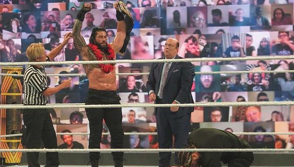 Roman Reigns celebra la humillación a Jey Uso. (Foto: WWE)