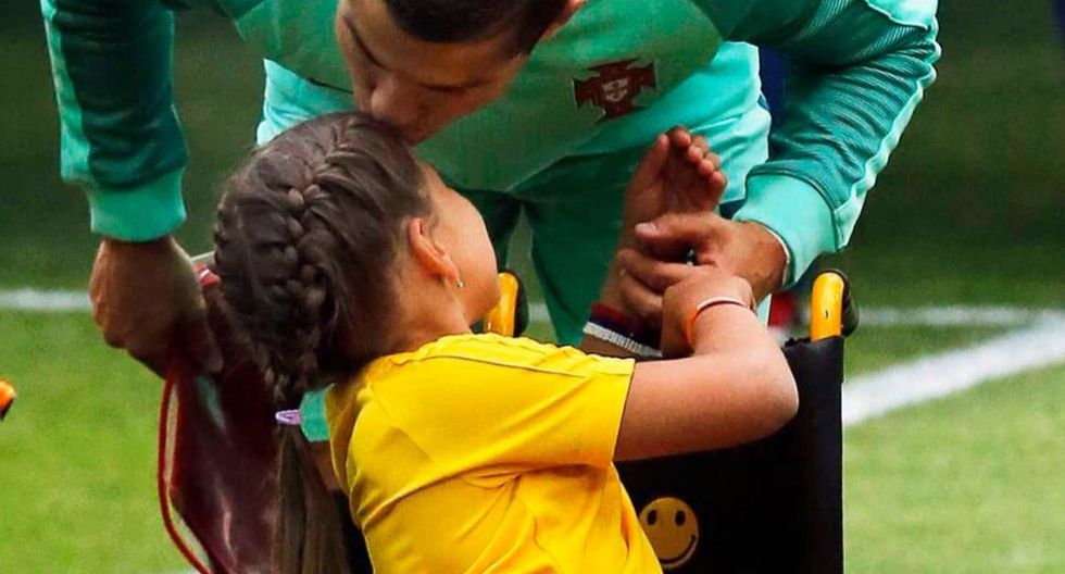Cristiano Ronaldo y niña en silla de ruedas