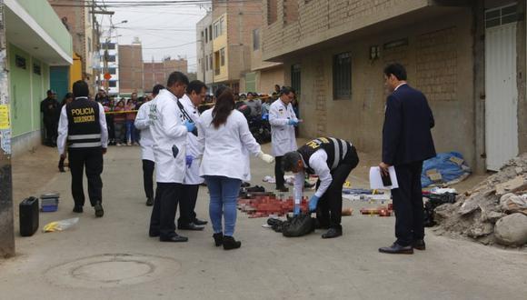 La Policía y la Fiscalía procedieron al levantamiento de los restos humanos hallados en San Martín de Porres y Rímac. (César Grados/GEC)
