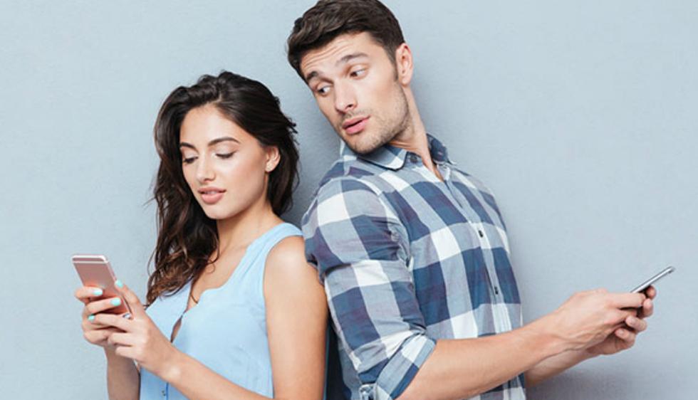 Evita revisar el celular de tu pareja