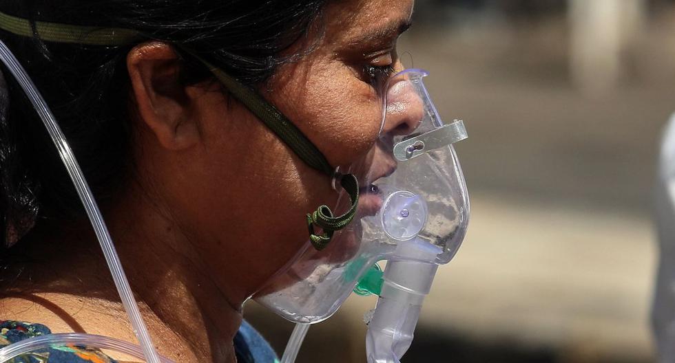 Un paciente con sospecha de COVID-19 positivo recibe tratamiento con oxígeno en el hospital Covid-19 Ahmedabad, India, 11 de mayo de 2021. (EFE/EPA/DIVYAKANT SOLANKI).