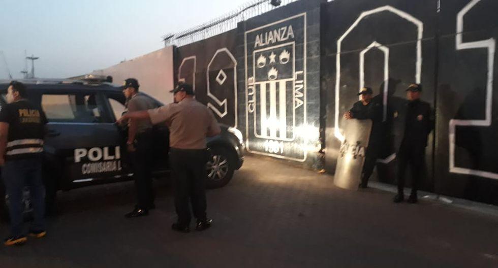 Agentes de la PNP resguardan desde esta madrugada explanada del estadio del club Alianza Lima (Fotos: Kelvin García)