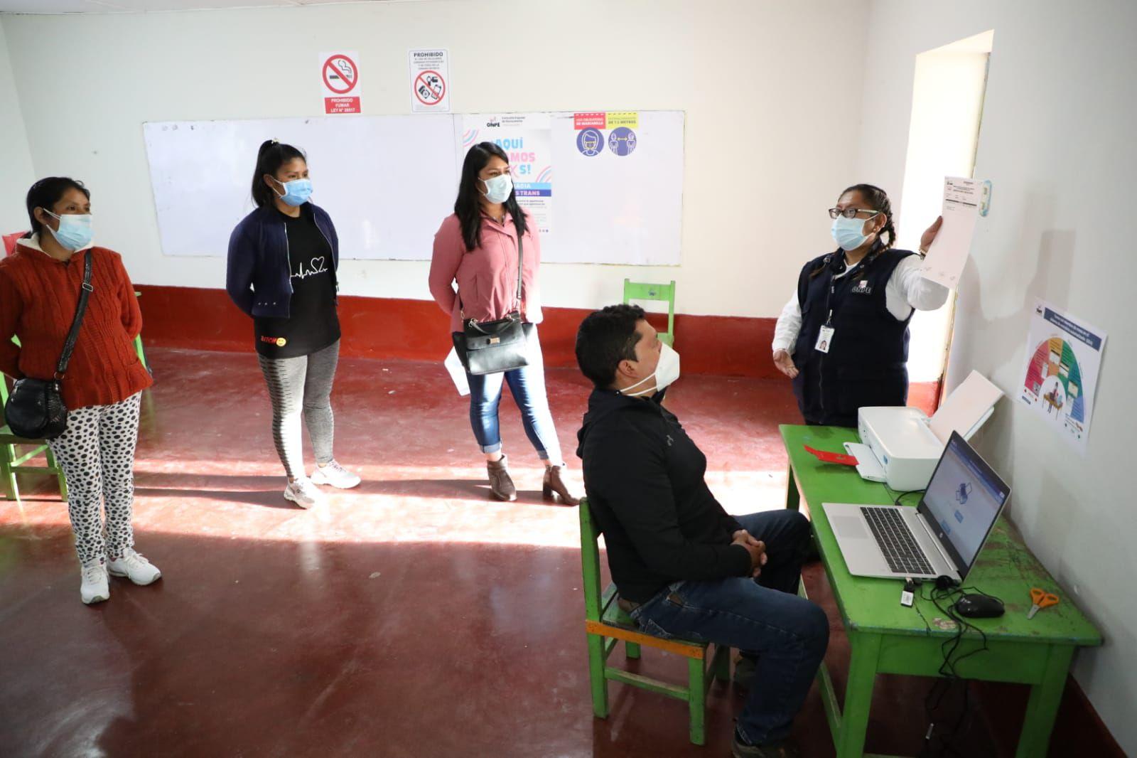 Miembros de mesa de la I.E. 30173 Virgen del Carmen (Huayucachi) registraron ayer los resultados de la consulta de revocatoria en el Sistema de Escrutinio Automatizado (SEA) de la ONPE. (Foto: ONPE)