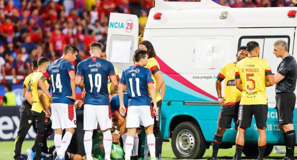 Arquero de Barcelona conmocionado tras choque, intenta pararse, se desploma y es llevado de emergencia en ambulancia | VIDEO