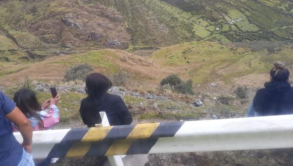 Cusco: la unidad cayó a abismo de 200 metros en el sector Abra Málaga, en la vía Cusco-Quillabamba. (Foto: PNP)