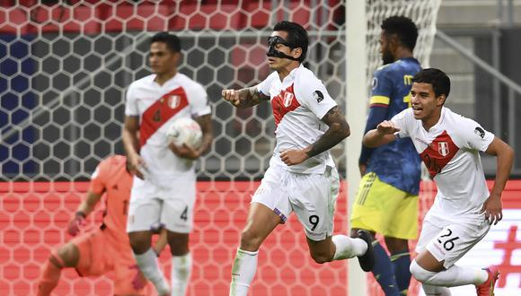 Peru's Gianluca Lapadula (C) celebrates after scoring against Colombia during their Conmebol 2021 Copa America football tournament third-place match at the Mane Garrincha Stadium in Brasilia, Brazil, on July 9, 2021. (Photo by EVARISTO SA / AFP)