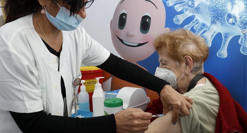Una anciana se vacuna contra el coronavirus en los servicios de salud de Clalit, en la ciudad costera de Tel Aviv (Israel), el 23 de diciembre de 2020. (AFP).