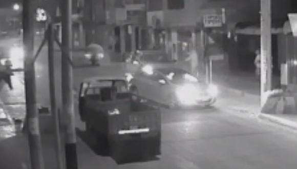 Delincuentes encañonan padre e hijo para robar camioneta en solo 10 segundos.