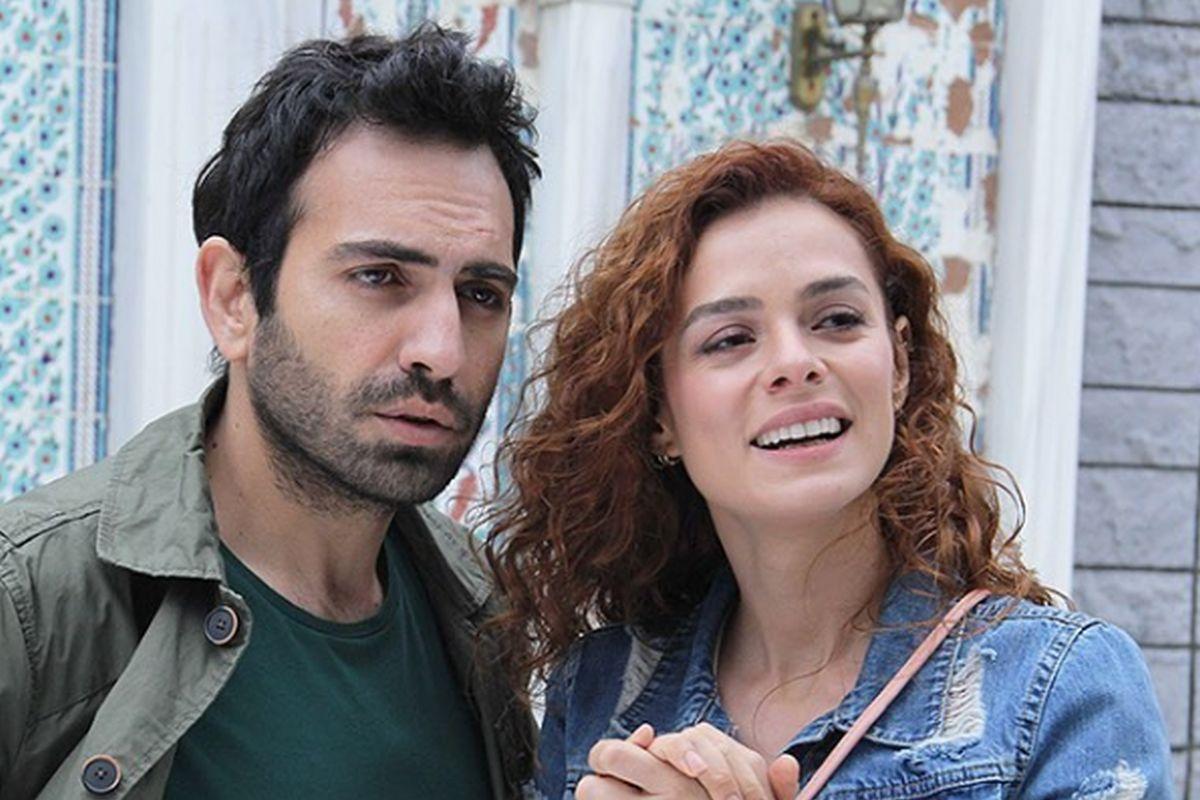 Los actores turcos Özge Özpirinççi y Buğra Gülsoy en sus papeles de Zeynep Taşkın y Fatih Şekercizade, respectivamente (Foto: Süreç Film)
