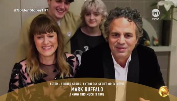 Mark Ruffalo junto a su familia tras ganar en los Golden Globes 2021. (Foto: Captura TNT)