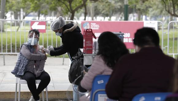Afluencia moderada de personas mayores de 36 años, segunda dosis y rezagados para vacunarse contra el COVID-19 en el Campo de Marte. Foto: Jessica Vicente/@photo.gec