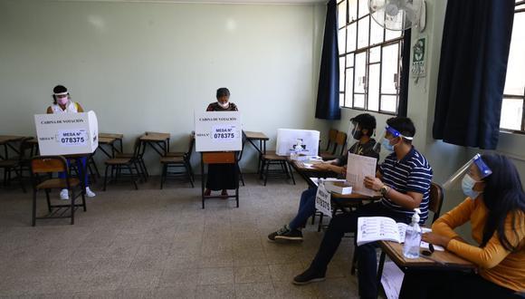 Dentro del colegio Liceo Naval se constató el cumplimiento de protocolos como la toma de temperatura a los votantes, la aplicación de alcohol gel y el proceso de votación respetando el distanciamiento social con los tres miembros de mesa. Esta actividad es supervisada por personal de la ONPE, del Jurado Nacional de Elecciones (JNE), además, se suma el resguardo de miembros del Ejército del Perú (EP). (Foto: Jessica Vicente/@photo.gec)