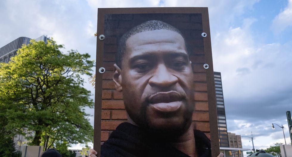 Un manifestante sostiene un retrato de George Floyd durante una protesta en Detroit, Michigan. (Foto: SETH HERALD / AFP).