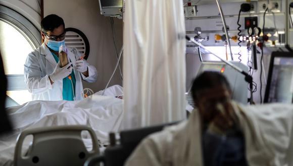 Personal medico realiza controles a sus pacientes en una Unidad de Cuidados Intensivos en un hospital de Buenos Aires, el 29 de abril de 2021. (Foto referencial: EFE/Juan Ignacio Roncoroni)