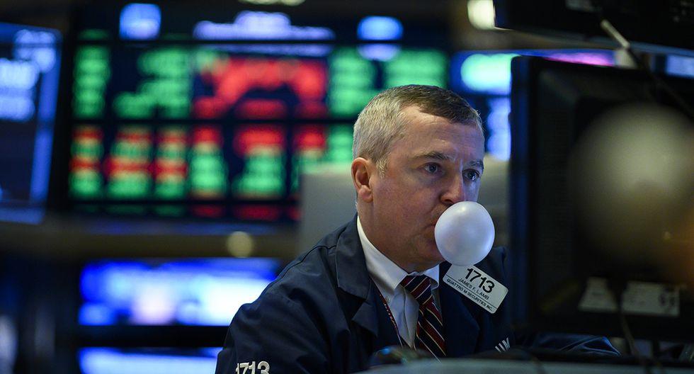 Un comerciante hace una burbuja con un chicle antes de la campana de cierre en el piso de la Bolsa de Nueva York (NYSE) el 29 de enero de 2019 en la ciudad de Nueva York. (JOHANNES EISELE / AFP)