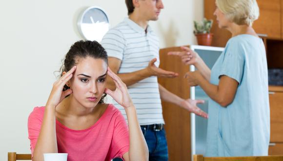 Los enfrentamientos por una suegra entrometida pueden llenarla de frustración, desgastar su relación de pareja, incluso, acabar con el matrimonio.