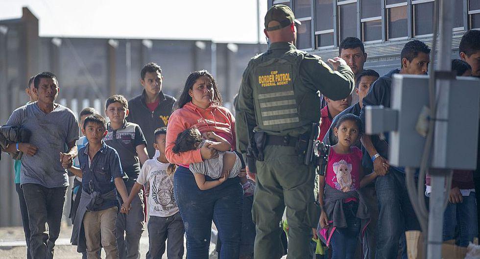 Inmigrantes ilegales detenidos en la frontera de EEUU son embarcados en El Paso para ser devueltos a México. (Foto referencial: AFP)