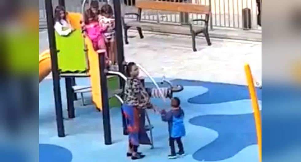 Niños racistas agreden a menor de piel oscura en España