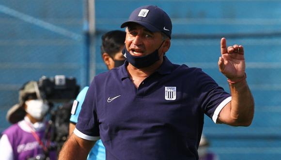 Carlos Bustos cumple su primera temporada dirigiendo al club blanquiazul. (Foto: Alianza Lima)
