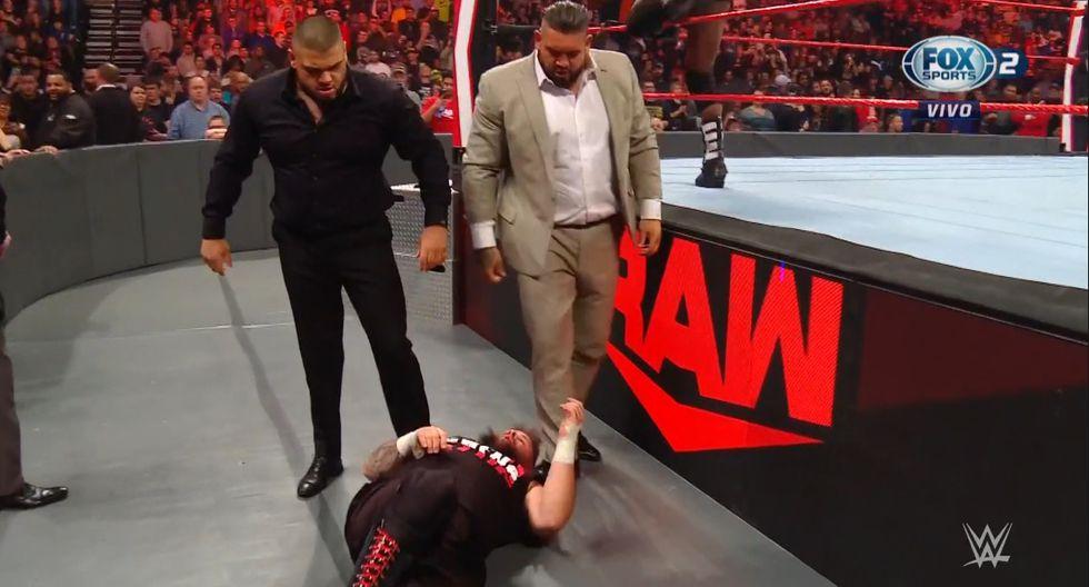 Akam y Rezar atacaron a Kevin Owens, pero a Rollins no le hicieron nada. (WWE)