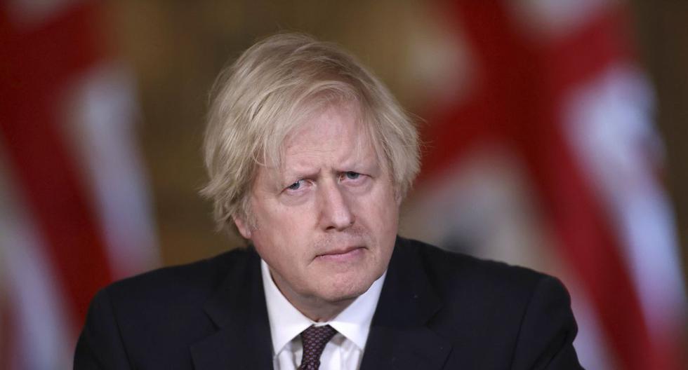 El primer ministro británico, Boris Johnson, es visto en una conferencia de prensa en Londres, Inglaterra, el lunes 8 de marzo de 2021. (Hannah Mckay/Pool/AP).