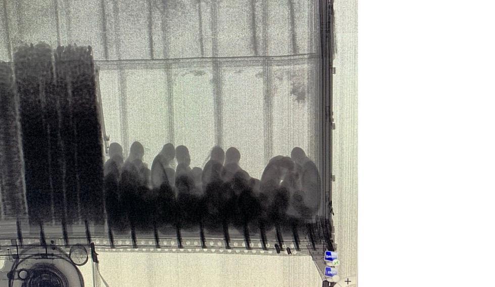 La prueba de Rayos X que reveló la presencia de personas dentro del camión en un control en Arizona. (Foto: Twitter @WhiteHouse)