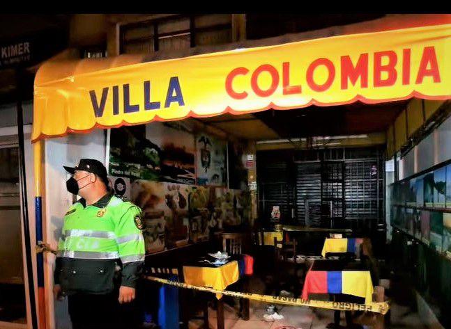 Policía llegó al restaurante de comida colombiana para recoger posibles huellas de los asaltantes.