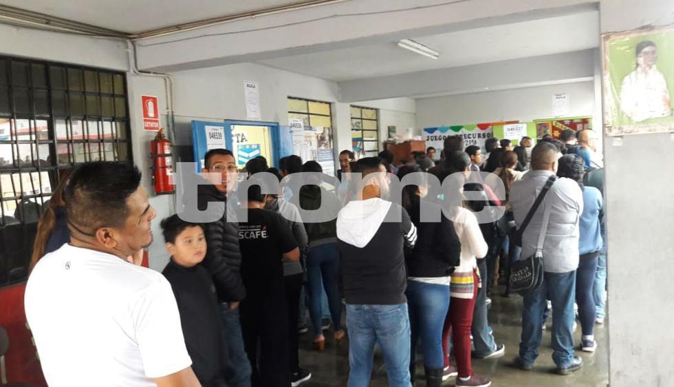 Retrasos y largas colas se viven en plena jornada electoral en Lima. Foto: Trome / Isabel Medina