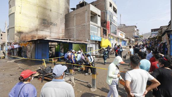 Incendio arrasó con galería y negocios aledaños.   Foto: Violeta Ayasta