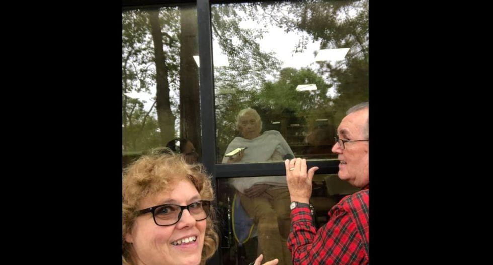 Coronavirus Estados Unidos: Esposo amoroso le canta a su esposa por la ventana tras aislamiento y cuarentena