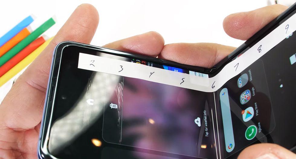 ¿Ten comprarías este celular? Así acaba si le realizas trabajos extremos a su pantalla. (Foto: JerryRigEverything)
