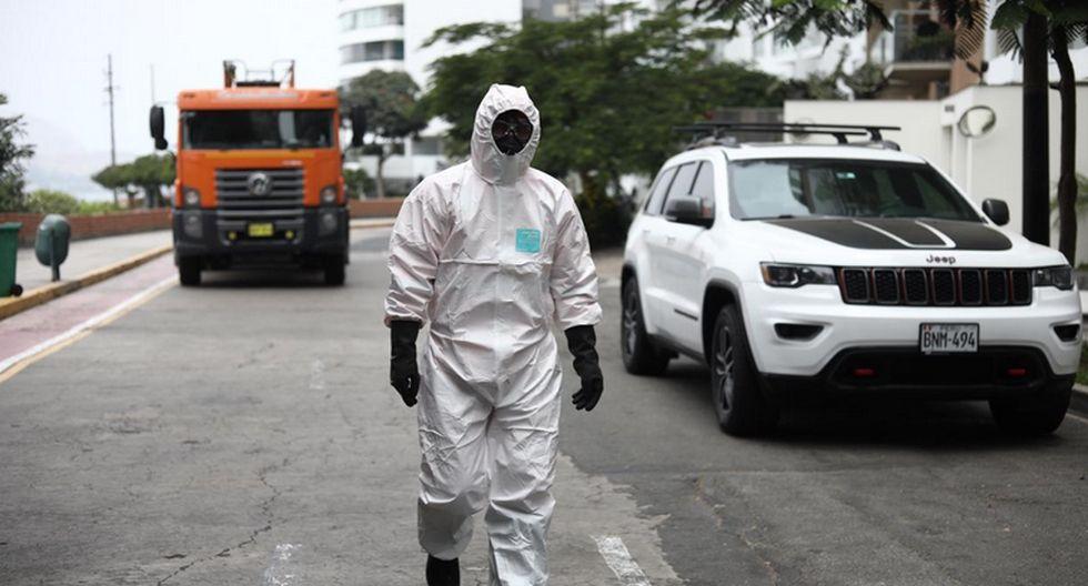 En Miraflores desinfectan un edificio. (Joel Alonzo/GEC)
