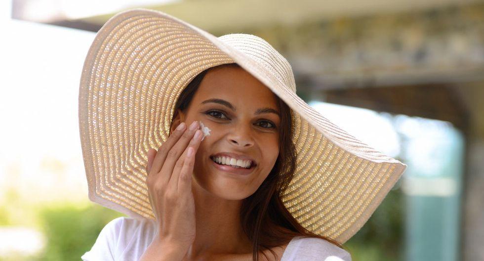 El bloqueador solar debe ser aplicado de forma generosa y uniforme sobre la piel.