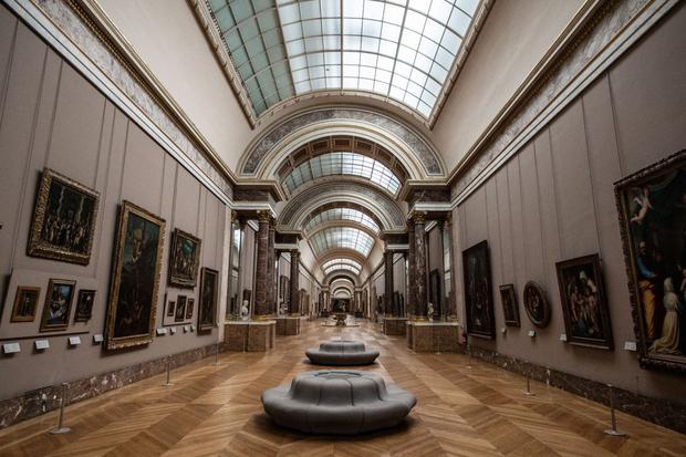"""Museo del Louvre en París muestra la """"Gran Galería"""" vacía, ya que el Museo permanece cerrado debido a la situación sanitaria. (Foto: Martin Bureau/ AFP)"""